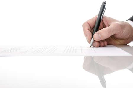 contrato de trabajo: La firma de un contrato sobre una mesa blanca con copia espacio Foto de archivo