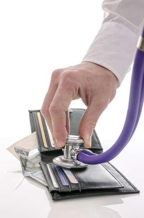 crisis economica: Comprobación de cartera abierta con estetoscopio Concepto de crisis económica
