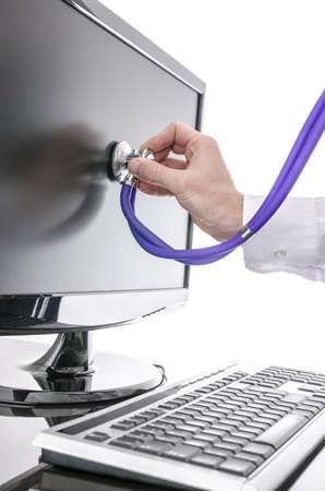 centro de computo: Serviceman probando un equipo con estetoscopio Concepto de servicio informático