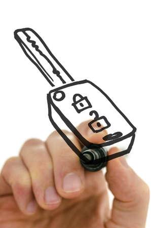 dream car: Detalle de la llave del coche dibujo de la mano masculina en un tablero virtual con marcador negro.