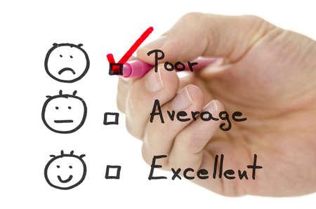 questionaire: Formulario de evaluaci�n de servicio al cliente con la mano masculina dibujar tick rosa en pobres Foto de archivo