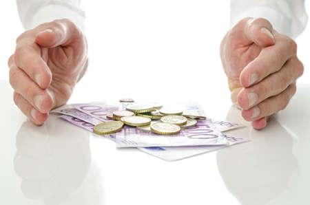 Maschio mani intorno banconote e monete Concetto di aiuto e soluzione alla crisi economica