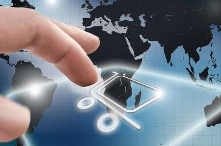 orden de compra: Icono de las compras en l�nea en una pantalla virtual con el mapa del mundo en el fondo Foto de archivo