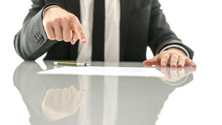 実業家は、契約または保険のペーパーに署名する場所を示します。 写真素材