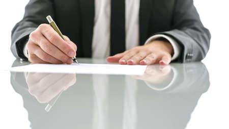 divorcio: Recorta la vista del abogado sentado en el escritorio blanco firma de documento legal. Foto de archivo