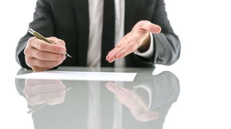invitando: Vista frontal del hombre de negocios que invita amablemente a firmar un contrato.