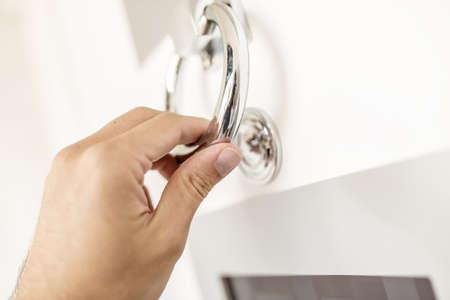 tocar la puerta: Primer plano de llamar a la puerta con aldaba. Foto de archivo