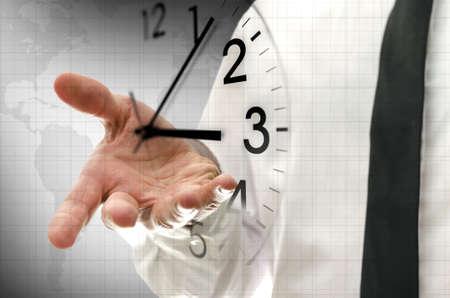 インターフェイスでの仮想クロックを移動するビジネスマン。時間管理の概念。