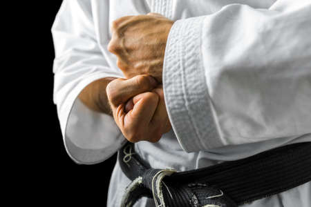 black block: Primer plano de varones de combate de karate manos.