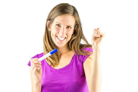 prueba de embarazo: Mujer joven que parece muy entusiasmado con la prueba de embarazo positiva. Aislado sobre fondo blanco.