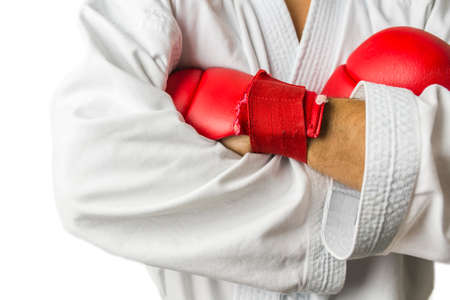 mani incrociate: Dettaglio di armi kickboxer incrociate su bianco. Con copia spazio.