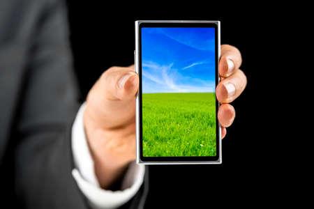 logo couleur: Homme d'affaires d�tenant t�l�phone mobile � �cran avec une belle �conomiseur d'�cran.