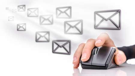 myszy: Ikony Email wokół kobiecej dłoni za pomocą myszki komputerowej. E-mail marketing koncepcji.