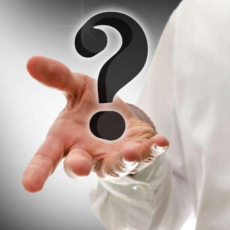 interrogativa: Mano masculina que presenta signo de interrogación virtual en 3D. Concepto de atención al cliente. Foto de archivo