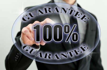 validez: Primer plano de la mano de negocios elegir 100% garantía de icono en la pantalla virtual. Foto de archivo