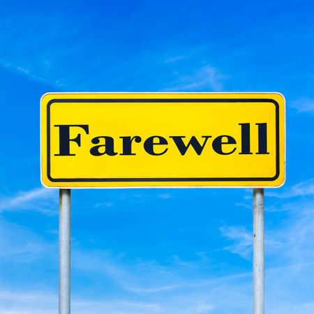 the farewell: Adiós Amarillo placa de la calle en el cielo azul. Foto de archivo