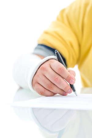 lesionado: Detalle de mano masculina lesionada en el vendaje de reclamación de seguro de firma. Concepto del seguro.
