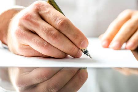 napsat: Muž, psaní na prázdný papír s inkoustovým perem.
