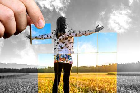 overcoming: Joven mujer de pie en el campo con las manos bien abiertos. Concepto de perspectiva personal positiva hacia la vida.