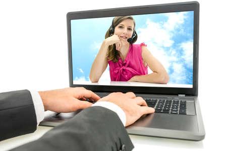 solucion de problemas: Cliente charlando con un centro de llamadas en línea con la imagen de que el operador femenina en la pantalla de su ordenador portátil mientras escribe la información en el teclado, cierre para arriba de la pantalla y las manos