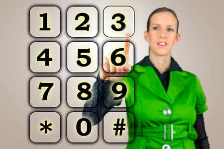 teclado num�rico: Mujer con un teclado num�rico en una interfaz virtual levantando el dedo para activar un n�mero en la pantalla t�ctil