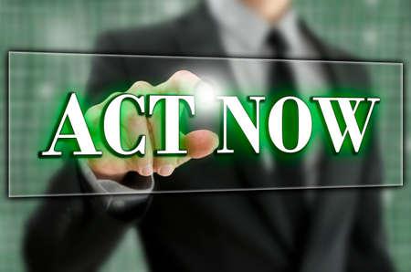 hesitating: Act�e ahora el texto en una barra de navegaci�n de la computadora en una pantalla virtual o interfaz con un hombre de negocios de activar el bot�n con el dedo por detr�s, como �l act�a inmediatamente y sin vacilar Foto de archivo