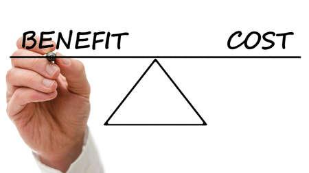 Schema di una proiezione benefici e costi altalena in perfetto equilibrio mostrando che il costo di pagare per i benefici è pari ai vantaggi Archivio Fotografico - 25097224