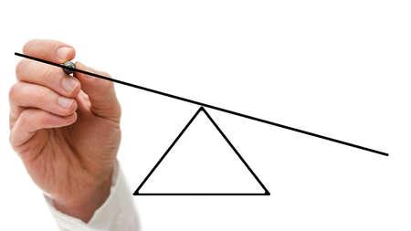 남성의 손 아래 한면이 불균형을 보여주는 빈 시소의 다이어그램을 그리기하는 가상 인터페이스에서 다른