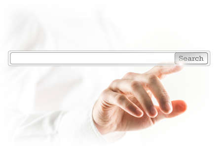 Mens wat betreft een zoekbalk op een virtuele scherm met zijn vinger het activeren van een wereldwijde online computer zoeken naar een website of specifieke informatie gedefinieerd met een sleutelwoord