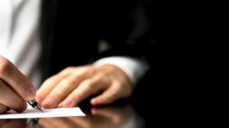 Empresario escribir la correspondencia o la firma de un documento con una pluma estilográfica