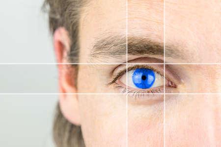 lentes de contacto: Hombre joven con un ojo azul claro con líneas paralelas de dibujo su atención en una imagen conceptual de la percepción mental, visionario, la inteligencia o la óptica y la vista.
