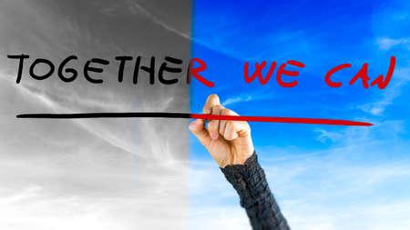 actitud: Mujer que alcanza para escribir - ¡Juntos Podemos - un mensaje de motivación que inspira la cooperación para lograr un cambio con un cielo en el fondo se cambia de escala de grises a azul.
