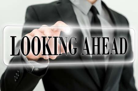 Wörter Blick auf die Zukunft auf einer virtuellen Schnittstelle in einer Navigationsleiste mit einem Geschäftsmann Berühren mit dem Finger von hinten.