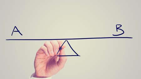 Conceptuele retro beeld van de vraag of het plan A of plan B te kiezen met een man het tekenen van een diagram van een wip op een virtueel scherm balanceren de twee letters A en B.