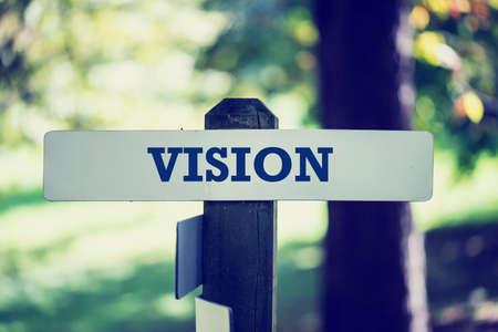 pr�voyance: L'image de l'effet d'un panneau en bois rustique style vintage r�tro fan�e sur un poteau en bois avec le mot - Vision - conceptuel de pr�voyance, l'imagination, l'inspiration et l'innovation.