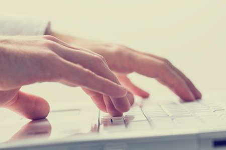 ingeniero: Cerrar efecto de la imagen de estilo retro de las manos de un hombre escribiendo en un teclado port�til hasta desvanecido.
