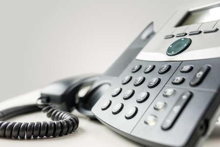 通信: 数字パッドと携帯電話や通信概念でオフフック レシーバーと固定電話器の角度のビューを閉じます。