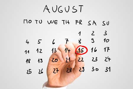 Mannelijke hand markering 15 augustus - Onafhankelijkheidsdag in India - op een virtuele kalender. Stockfoto