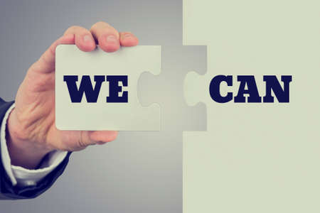 Rétro image d'hommes termes de maintien de la main Nous pouvons diviser en deux pièces de puzzle. Conceptuel de la détermination, de volonté et de conviction. Banque d'images - 28549058