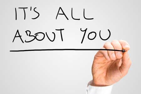 aide à la personne: Homme phrase de l'écriture à la main Il s'agit de vous sur l'écran virtuel. Banque d'images
