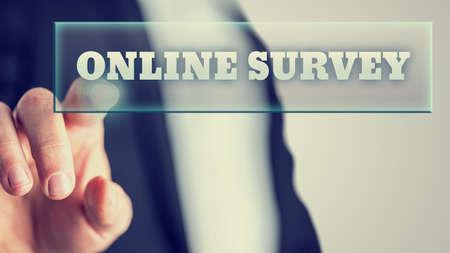 Mannelijke hand activeren van een knop Online enquête op het virtuele scherm.