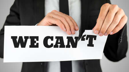 actitud positiva: Negocios que rasga un cartel que dice