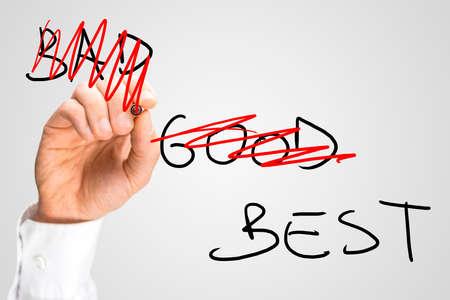 Imagen conceptual con las palabras buenas y malas están garabatos con lápiz rojo dejando sólo la palabra mejor concepto de mejor servicio u oferta de negocios Foto de archivo - 28879833