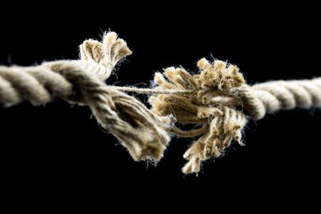Primer plano de la cuerda deshilachada a punto de romper. Foto de archivo