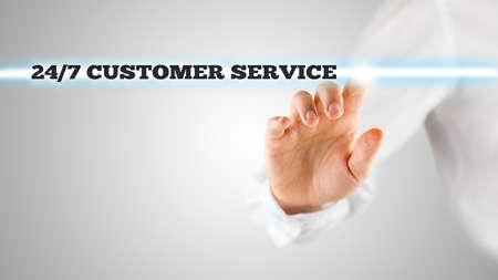 solucion de problemas: Mano masculina la activación de un botón de 247 de servicio al cliente en la pantalla virtual.