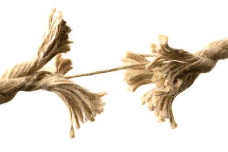 severance: Primer plano de una divisi�n aparte cuerda unida por un �ltimo hilo, el concepto de fragilidad y divisi�n, con copia espacio en blanco