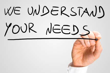Homme d'affaires écrit le message - nous comprenons vos besoins - avec un marqueur noir sur un écran virtuel ou de l'interface de l'ordinateur sur blanc Banque d'images - 30447559