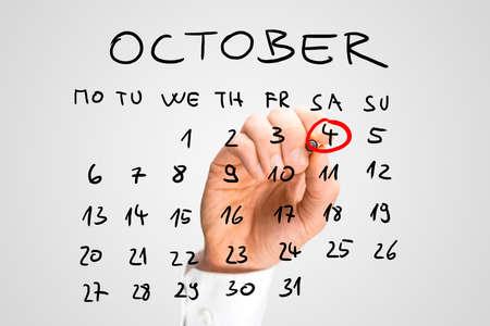世界動物デー 10 月 (土曜日)、4 日、その重要性の彼自身に思い出させるものとして仮想インターフェイスで、手書きのカレンダーに赤でリンギン 写真素材