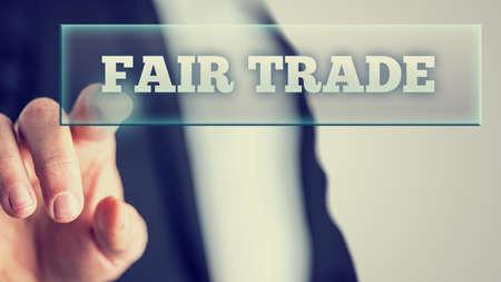Retro Style Foto von einem Makro Mann zeigt auf Fair Trade Weiß Texte auf Vitual Bildschirm. Standard-Bild - 31213355