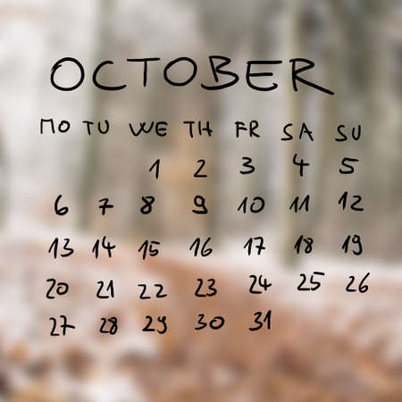 calendario octubre: Manuscrito calendario para el mes de octubre sobre un fondo neutro borrosa silenciado. Foto de archivo